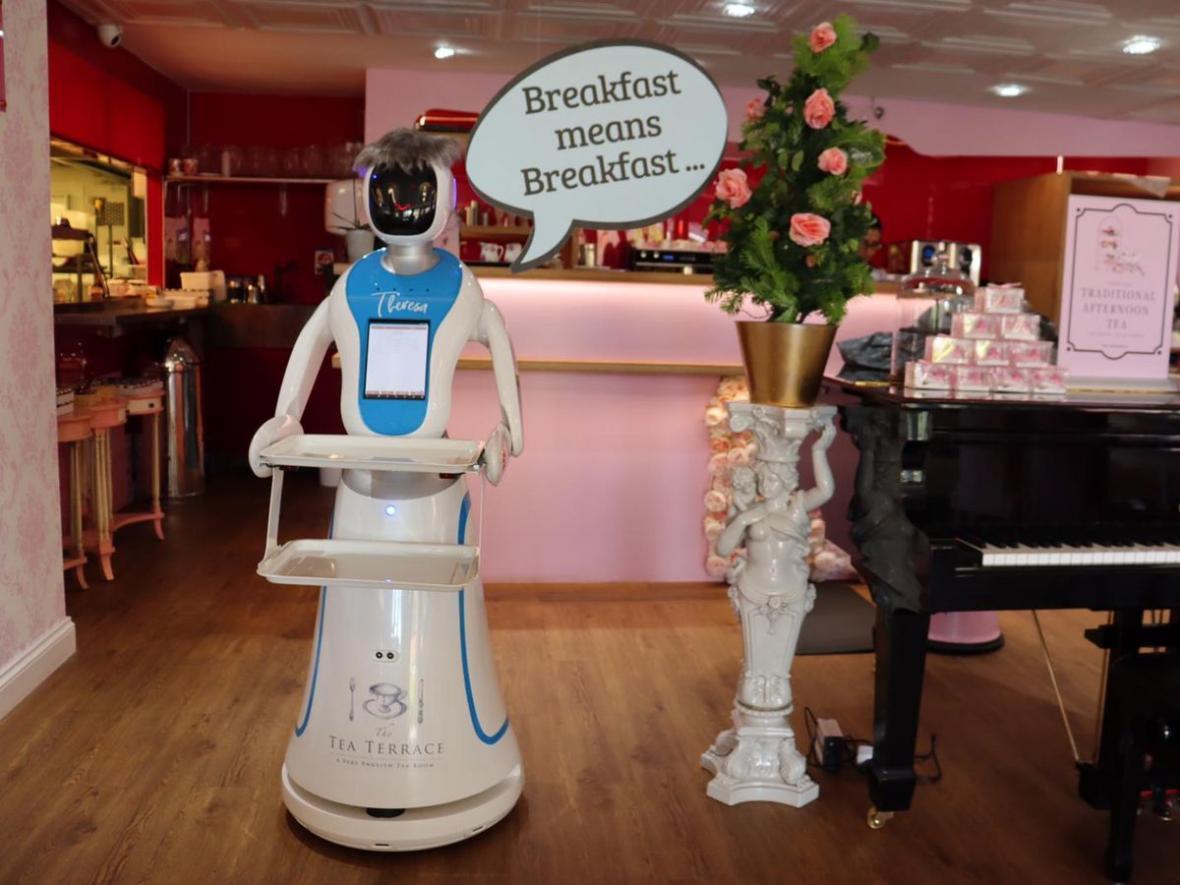 پذیرایی از مشتریان با پیشخدمت روباتیک ترزا