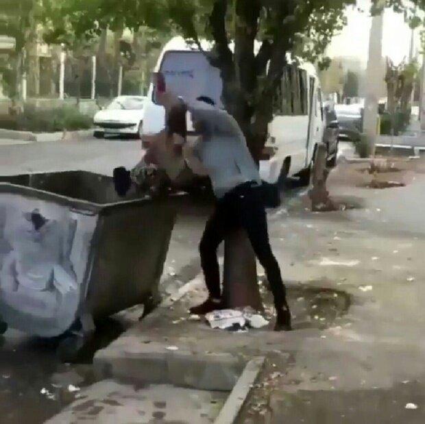 اقدام بی شرمانه یک جوان در انداختن کودک کار به سطل زباله